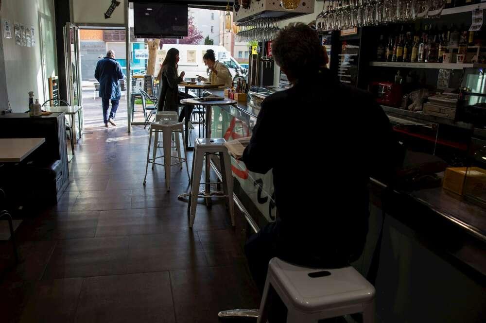 Varios clientes toman café en un bar de Vitoria, el 7 de abril de 2021. Los expertos que defienden que el coronavirus se transmite por aerosoles aconsejan reducir las estancias en interiores y mejorar la ventilación | EFE/DA/Archivo