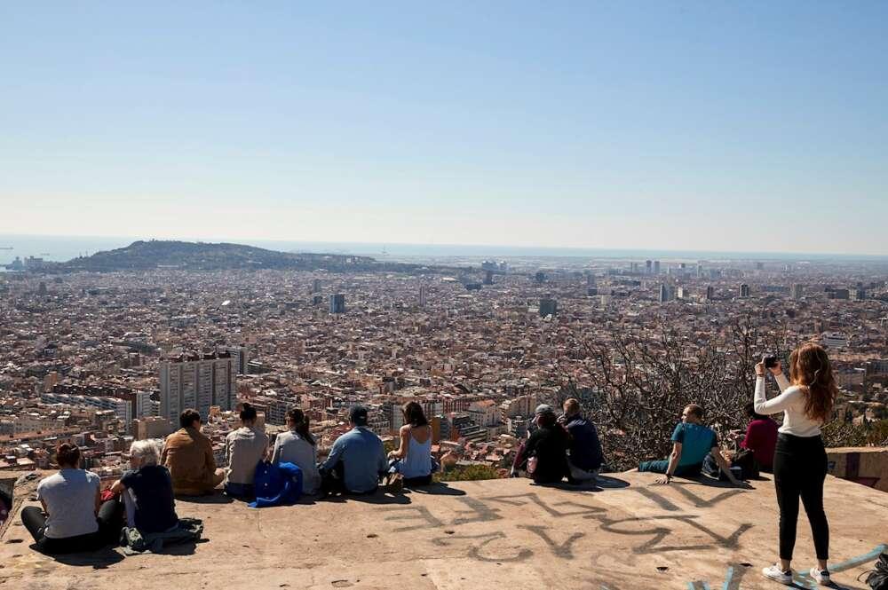 Varias personas observan el paisaje en Barcelona. EFE/Alejandro García/Archivo