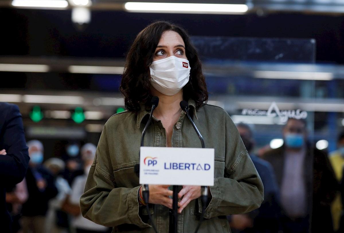 Isabel Díaz Ayuso, presidenta de la Comunidad de Madrid, en un acto de campaña del 4-M en el metro de Madrid. EFE
