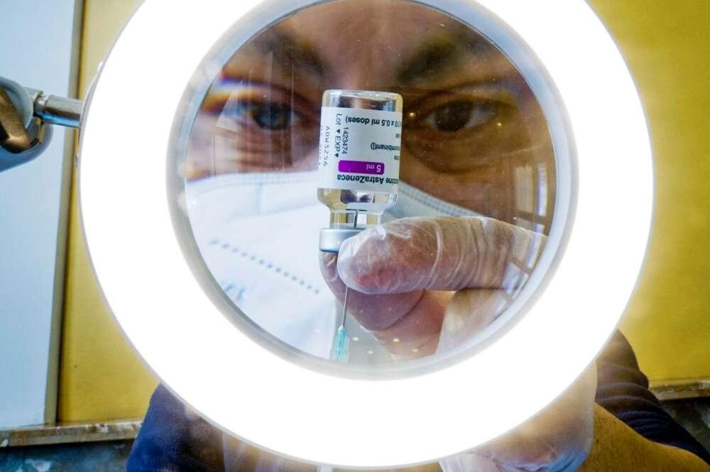 Un sanitario prepara las dosis de la vacuna contra la COVID-19, AstraZeneca,en un centro de vacunaciones en Nápoles,Italia, hoy 13 de Abril de 2021. EFE/EPA/CIRO FUSCO