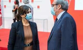 La presidenta de la Comunidad de Madrid, Isabel Díaz Ayuso, conversa con el portavoz del PSOE, Ángel Gabilondo. / EFE