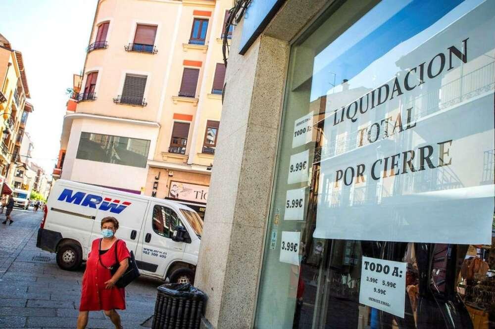 Escaparate de un comercio en liquidación por cierre en Aranda de Duero (Burgos). / EFE