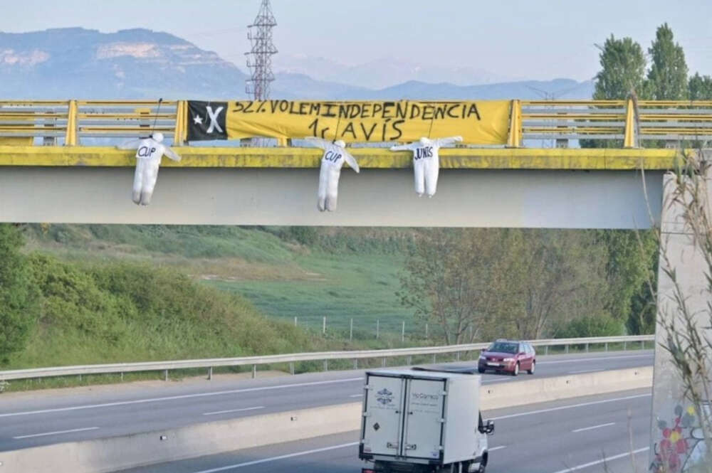 Muñecos ahorcados de puentes de ERC, Junts y la CUP donde se les reclama que hagan la independencia