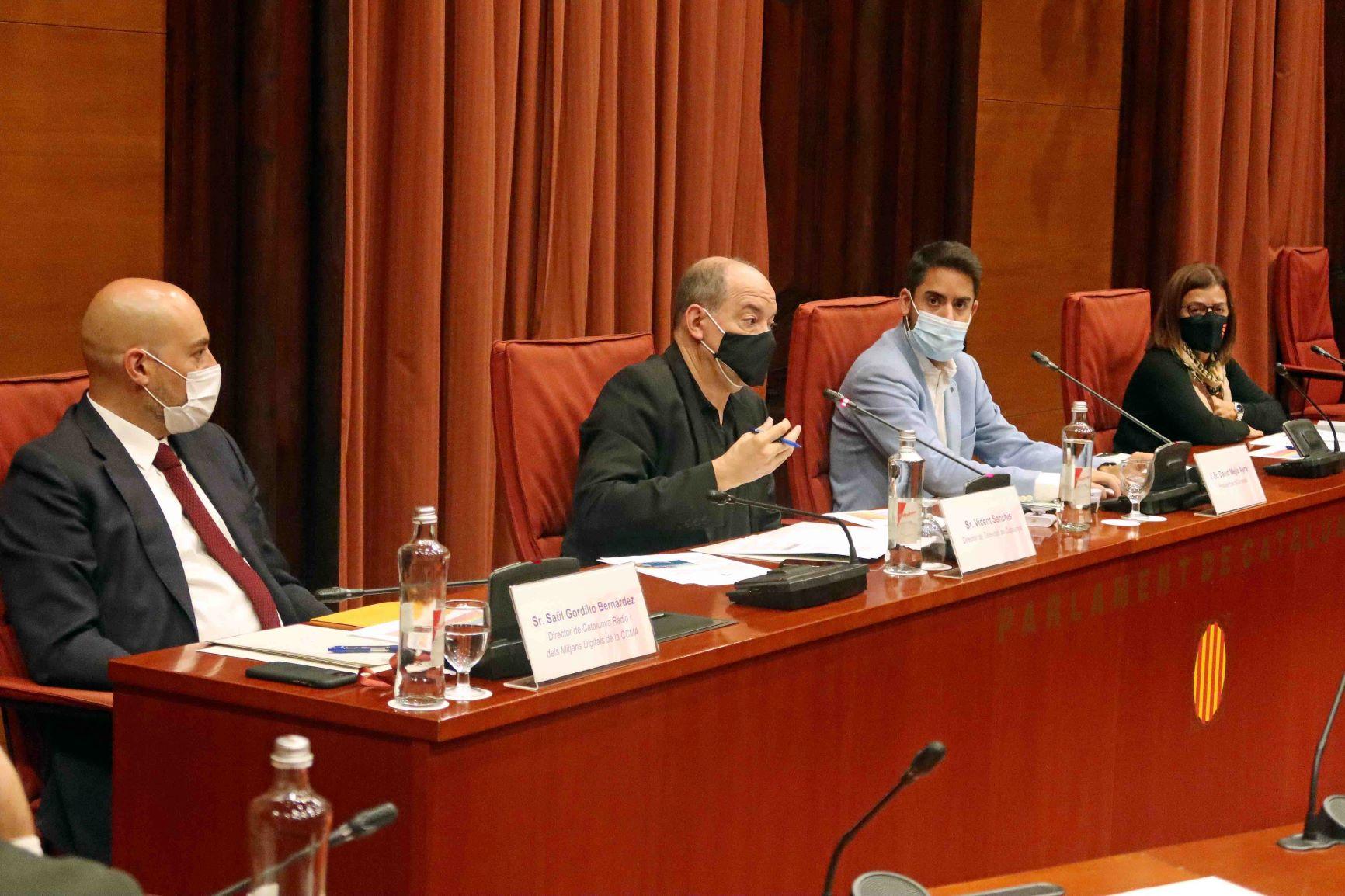 El director de TV3, Vicent Sanchis (c), junto a la directora de la CCMA, Núria Llorach (d), y el director de Catalunya Ràdio, Saül Gordillo (i), en una comisión de control en el Parlament durante la pasada legislatura / Parlament