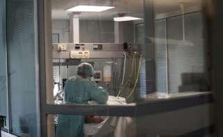 Una sanitaria atiende a un paciente con COVID-19 en el Complejo Hospitalario Universario de Ferrol. EFE/Kiko Delgado/Archivo