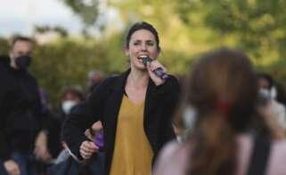 La ministra de Igualdad, Irene Montero, durante el acto de cierre de campaña a la presidencia de la Comunidad de Madrid que Unidas Podemos celebra hoy domingo en el barrio madrileño de Vicalvaro. EFE/David Fernández.