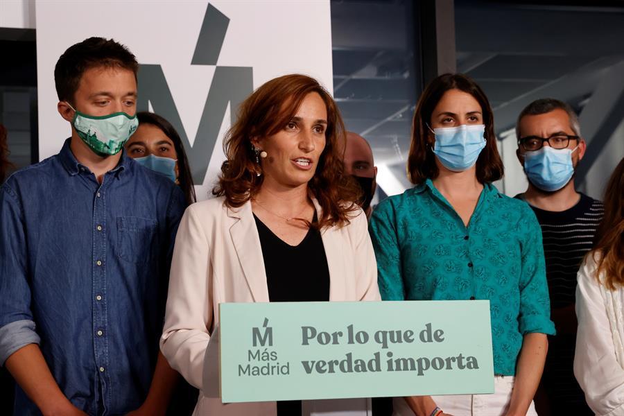La candidata de Más Madrid en las elecciones a la Comunidad de Madrid, Mónica García (2-i), valora los resultados electorales en la sede del partido en la capital. EFE/Zipi
