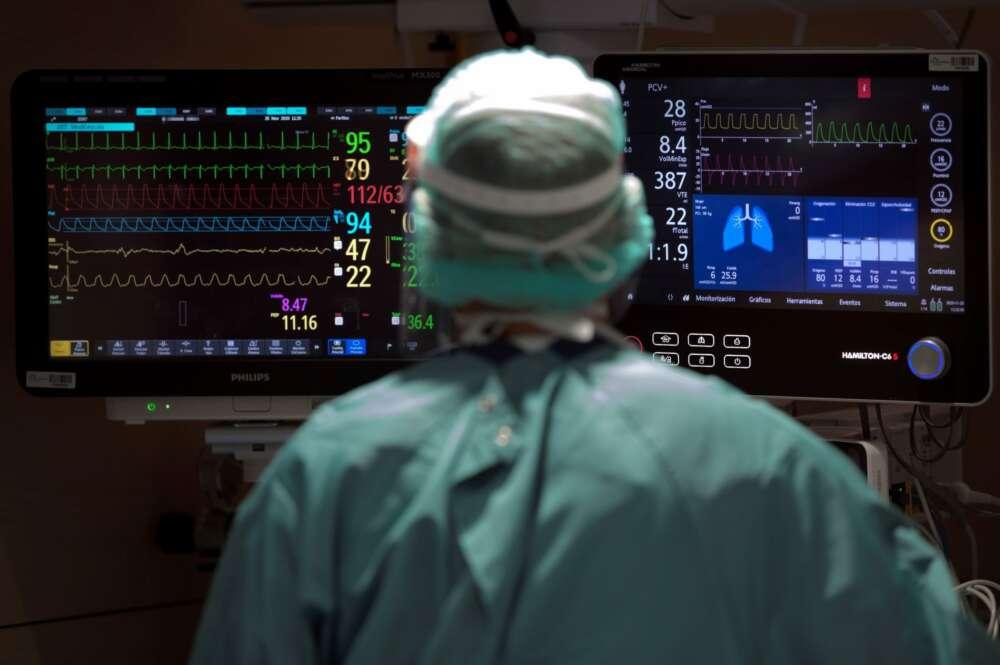 Un profesional sanitario trabaja en la UCI del Hospital Vall d'Hebron. EFE/Alberto Estévez/ Archivo