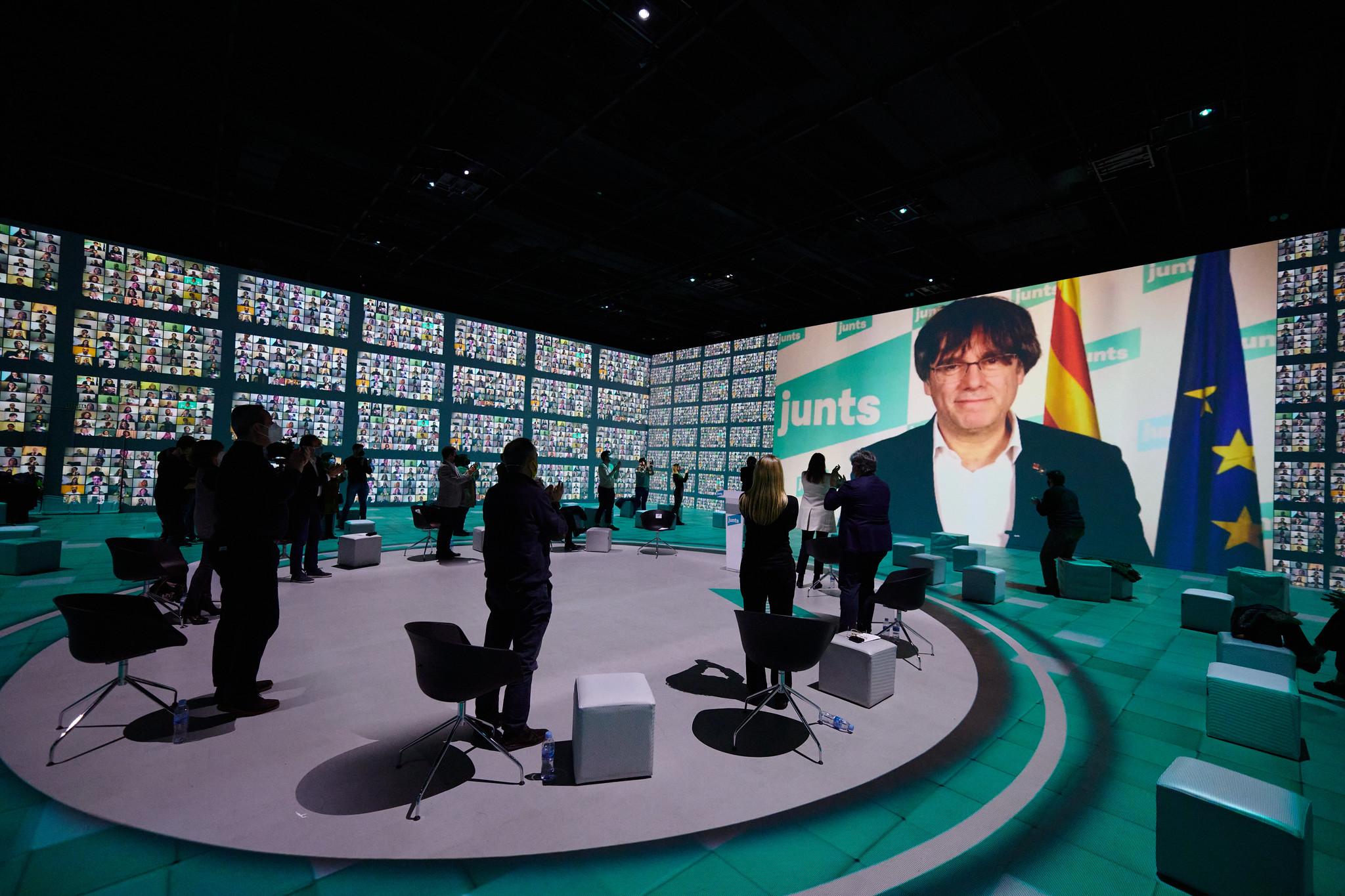 Carles Puigdemont interviene telemáticamente en el acto final de campaña para las elecciones del 14-F / Julio Díaz