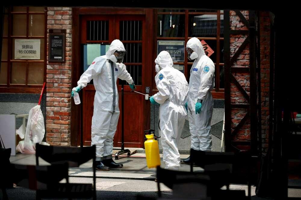 Los líderes médicos taiwaneses se preparan para desinfectar la calle en Taipei, Taiwán, el 15 de mayo de 2021. EFE / EPA / RITCHIE B. TONGO