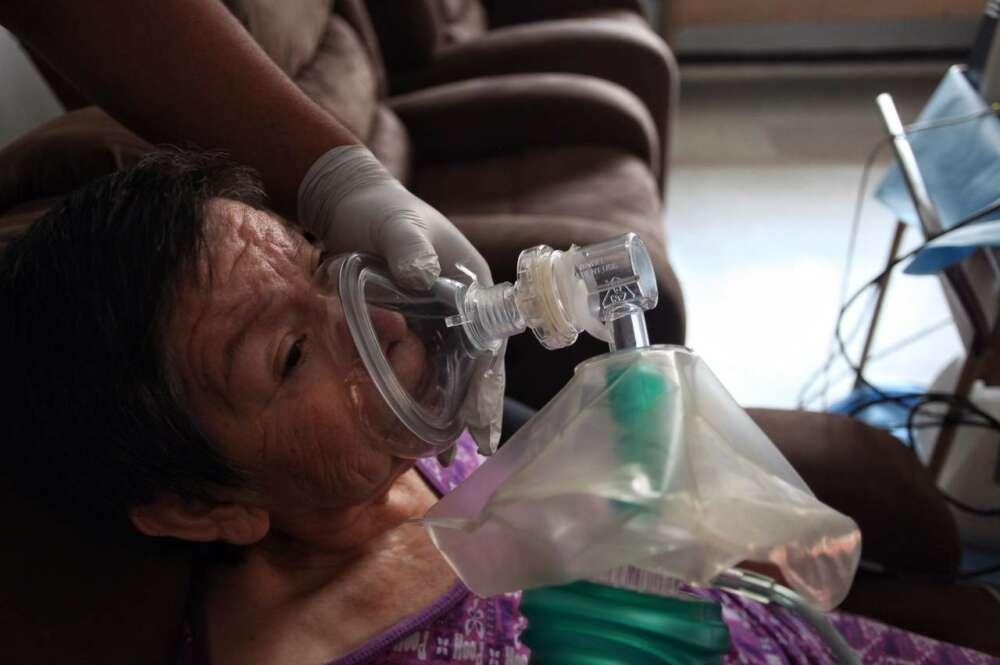 Fotografía de una mujer recibiendo terapia. EFE/ Archivo
