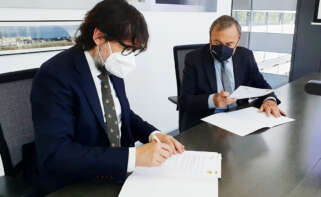 Josep Mateu, presidente del RACC; y Ricard Font, Presidente de Ferrocarrils de la Generalitat de Catalunya (FGC) durante la firma del convenio