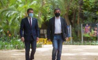 Pere Aragonès y Jordi Sànchez, a su llegada al Palau Robert, donde han dado cuenta de los detalles del pacto / ERC. Marc Puig