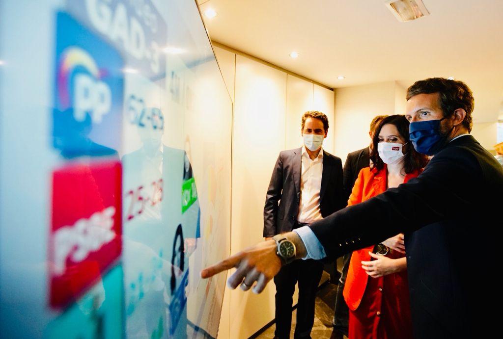 Pablo Casado e Isabel Díaz Ayuso observan los resultados de la noche electoral./ David Mudarra
