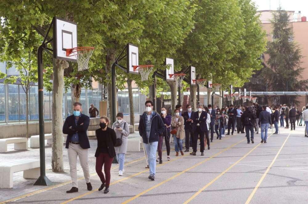 Colas formadas en el acceso al Colegio San Agustín, en Madrid. EFE/ Rodrigo Jiménez
