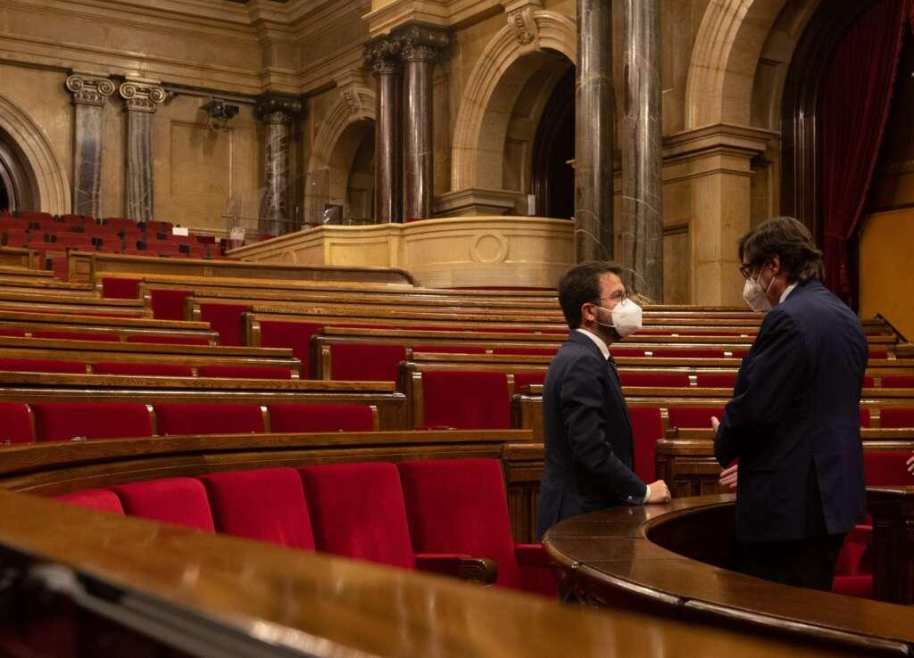 El vicepresidente de la Generalitat en funciones, Pere Aragonès, conversa con el lider del PSC, Salvador Illa (d), tras finalizar el pleno del Parlament del pasado 29 de abril. EFE/Enric Fontcuberta