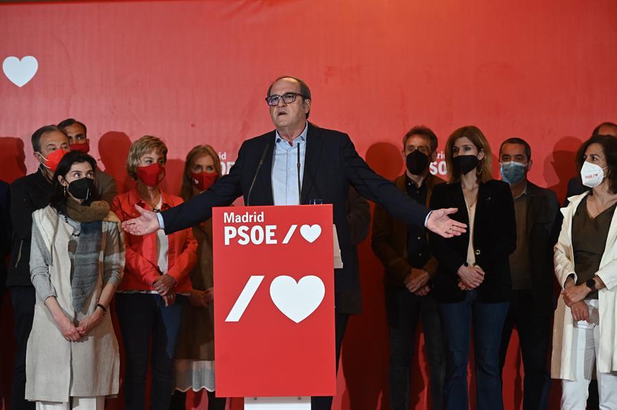 El candidato del PSOE a la presidencia de la Comunidad de Madrid, Ángel Gabilondo, comparece ante los medios hoy martes en el hotel madrileño en el que los socialistas han seguido los resultados electorales. EFE/Fernando Villar