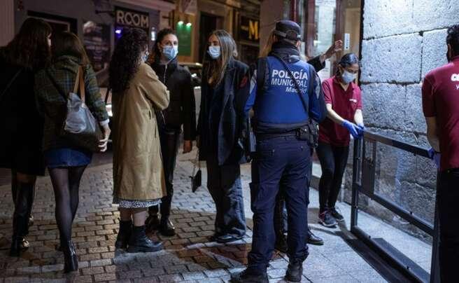 Miembros de la Policía Municipal de Madrid vigilan las calles de la capital madrileña. EFE/Rodrigo Jiménez/Archivo