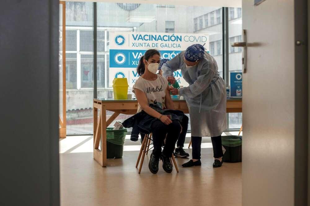 Los menores de 60 años que recibieron una primera dosis de AstraZeneca, empezaban hoy a ser vacunados en el área sanitaria de Ourense con una segunda dosis. En la imagen, una mujer recibe la vacuna en el Complejo Hospitalario Universitario de Ourense (CHUO) . EFE/ Brais Lorenzo