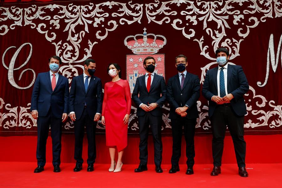 La presidenta de la Comunidad de Madrid, Isabel Díaz Ayuso (3i) junto con el presidente de Castilla y León, Alfonso Fernández Mañueco (i), el presidente de Andalucía, Juanma Moreno (2i) el presidente del PP, Pablo Casado (3d), el presidente de la Xunta, Alberto Núñez Feijóo (2d) y el presidente de Murcia, Fernando López Miras (d) posan tras la investidura de Ayuso celebrada en la Real Casa de Correos este sábado. EFE/J.J. Guillén
