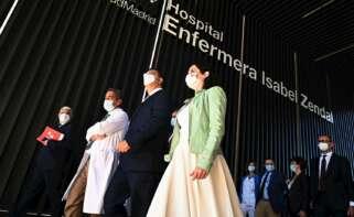 La presidenta de Madrid, Isabel Díaz Ayuso (4i), y el presidente del Comité Europeo de las Regiones, Apostolos Tzitzikostas (3i), visitan el Hospital Enfermera Isabel Zendal, que atiende a pacientes con coronavirus, acompañados por el director médico Javier Marco (2i). este jueves en Madrid. EFE/Fernando Villar