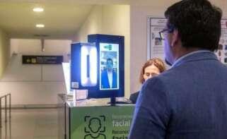 Aena ha puesto en marcha en el aeropuerto de Menorca una prueba piloto de identificación de pasajeros mediante reconocimiento facial. EFE/David Arquimbau/Archivo