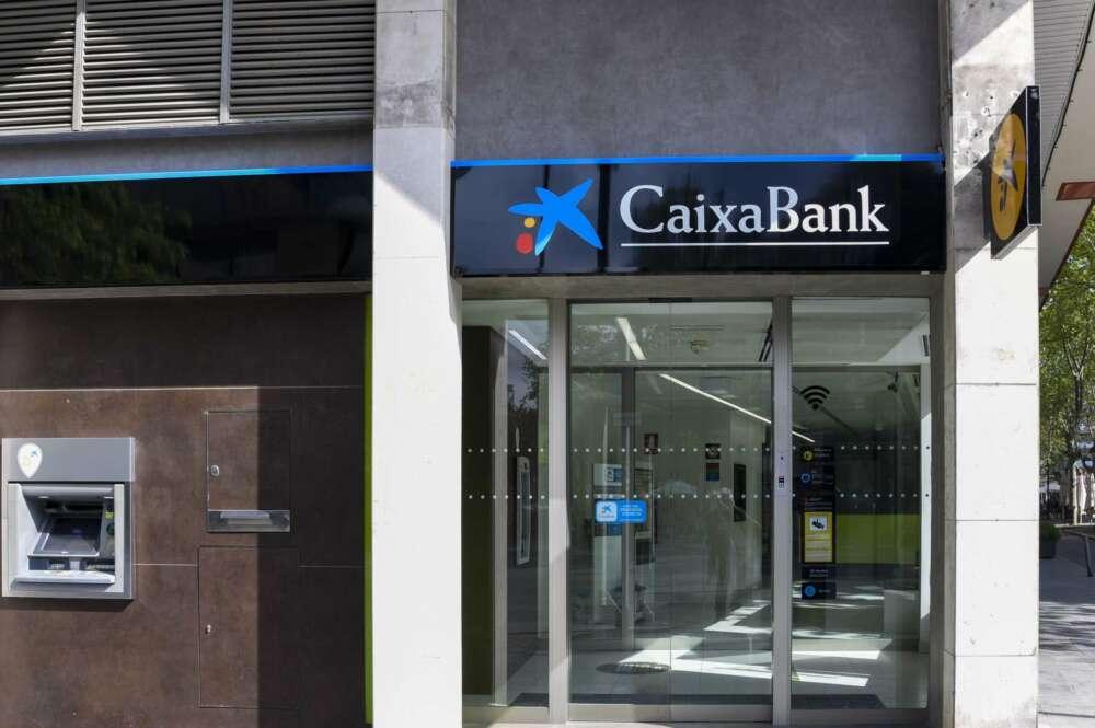 Oficina con el cambio de imagen a Caixabank/ Caixabank