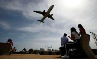 Generalitat y Gobierno celebran una reunión secreta para negociar la ampliación de El Prat. En la imagen, un avión despega desde este aeropuerto./ EFE