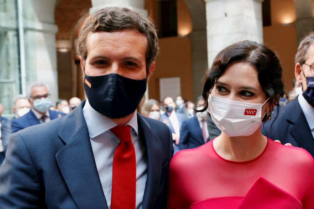 El presidente del Partido Popular, Pablo Casado (i) junto a la presidenta de la Comunidad de Madrid, Isabel Díaz Ayuso (d) durante su investidura celebrada en la Real Casa de Correos este sábado. EFE/Zipi
