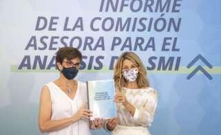 La vicepresidenta tercera, Yolanda Díaz, y la presidenta de la comisión de expertos para analizar el SMI, Inmaculada Cebrián.