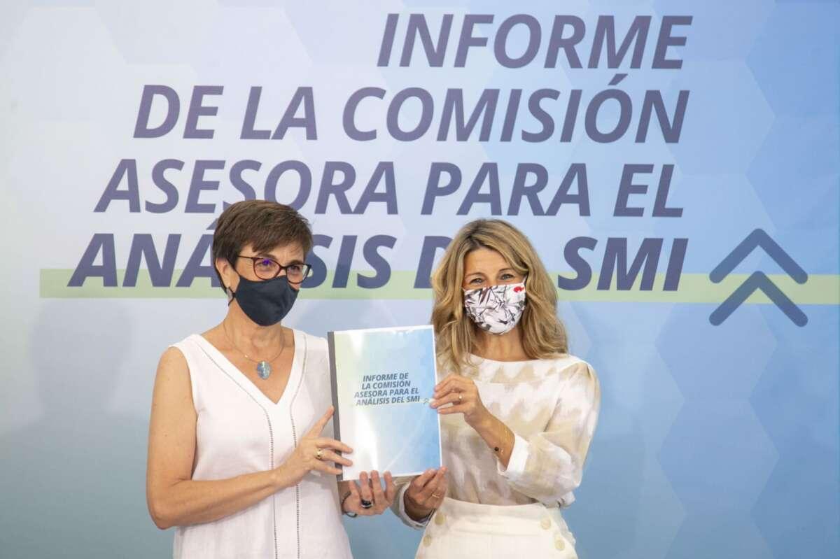 Yolanda Díaz y la presidenta de la comisión de expertos para analizar el SMI, Inmaculada Cebrián.