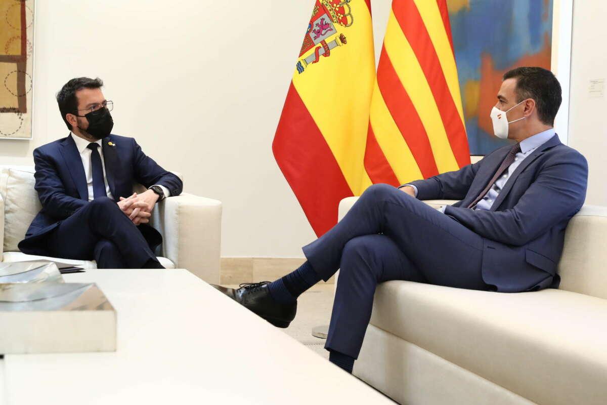 El presidente de la Generalitat, Pere Aragonès, junto a Pedro Sánchez en su primera reunión formal con el presidente del Gobierno como 'president' . Foto: Pool Moncloa / Borja Puig de la Bellacasa y Fernando Calvo.