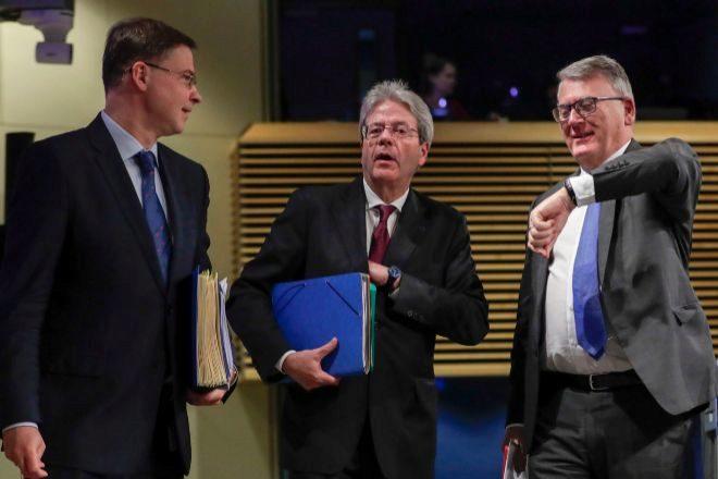 Los comisarios de Economía Valdis Dombrovskis y Paolo Gentiloni y el comisario de Trabajo, Nicolas Schmit, EFE