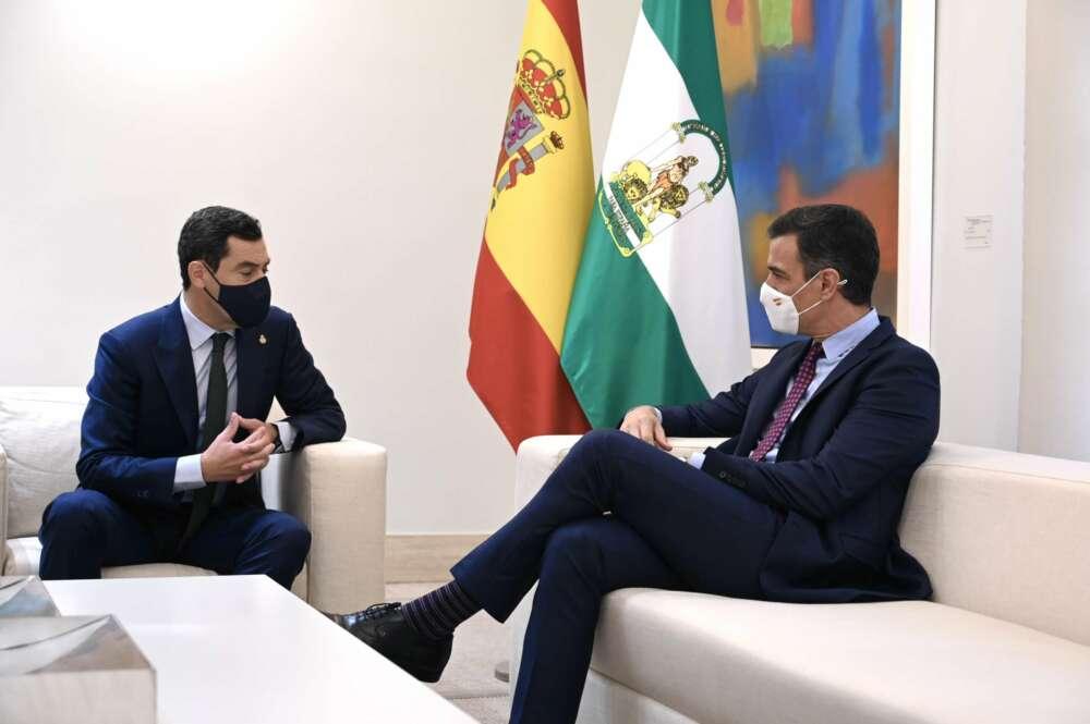 El presidente andaluz, Juanma Moreno, pide a Sánchez una mesa bilateral para tratar el reparto de los fondos europeos. Foto: Pool Moncloa/Fernando Calvo y Borja Puig de la Bellacasa.