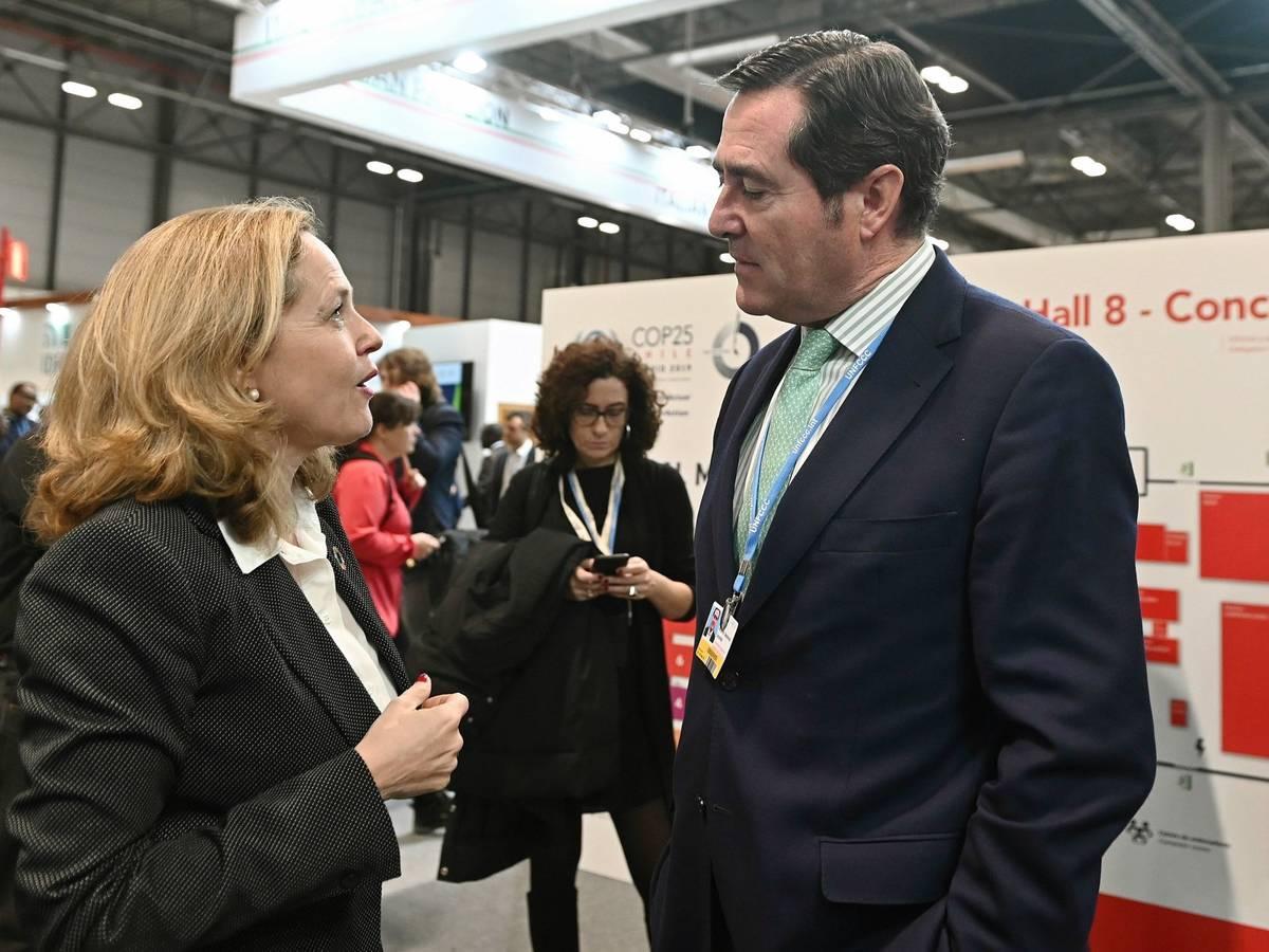 Nadia Calviño y el presidente de la CEOE, Antonio Garamendi. (EFE)