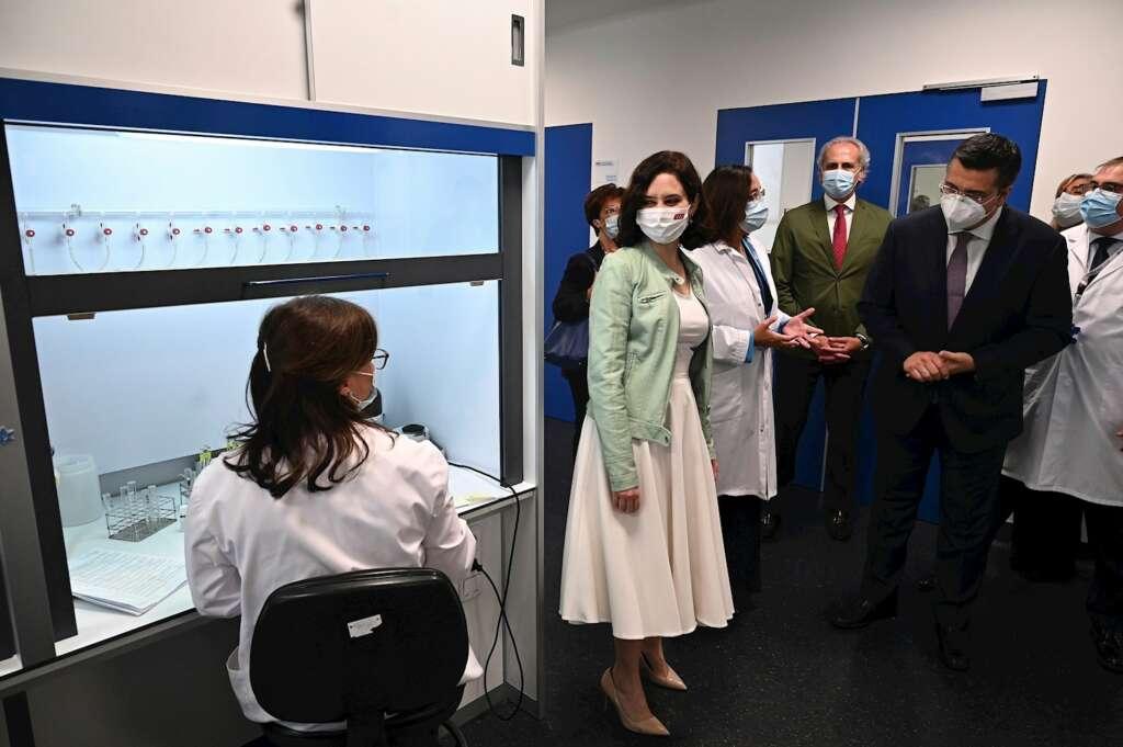La presidenta de Madrid, Isabel Díaz Ayuso (2i), y el presidente del Comité Europeo de las Regiones, Apostolos Tzitzikostas (2i), conversan con una de las trabajadoras mientras visitan el Hospital Enfermera Isabel Zendal, que atiende a pacientes con coronavirus, este jueves en Madrid. EFE/Fernando Villar