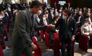 El presidente del Gobierno, Pedro Sánchez, saluda al presidente de la Generalitat, Pere Aragonés (i), durante el acto de entrega de la medalla conmemorativa del 250 aniversario de Foment del Treball a Javier Godó, este lunes en Barcelona. EFE/Pool Moncloa/Fernando Calvo
