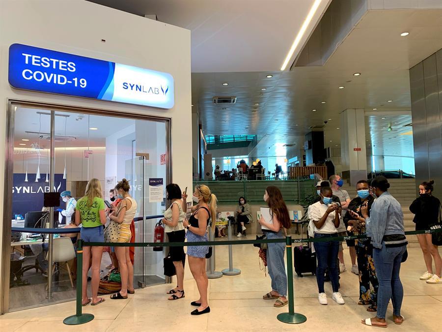Viajeros en el aeropuerto internacional Humberto Delgado de Lisboa (Portugal), este viernes./ EFE