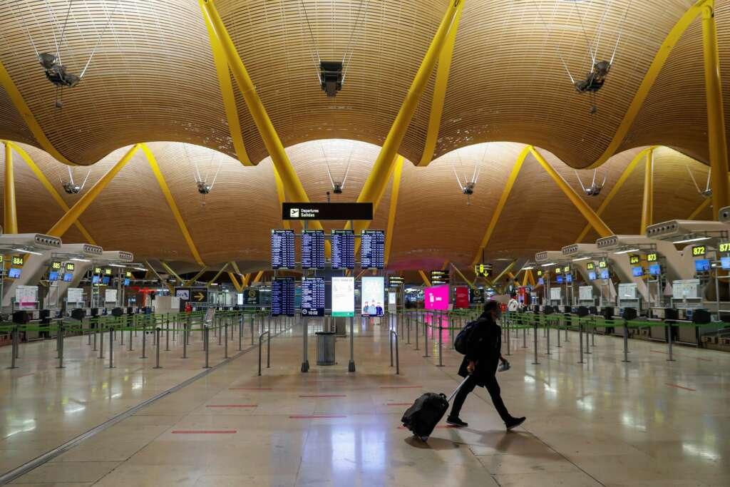 La terminal T4 del aeropuerto de Barajas en Madrid. EFE/ Emilio Naranjo/Archivo
