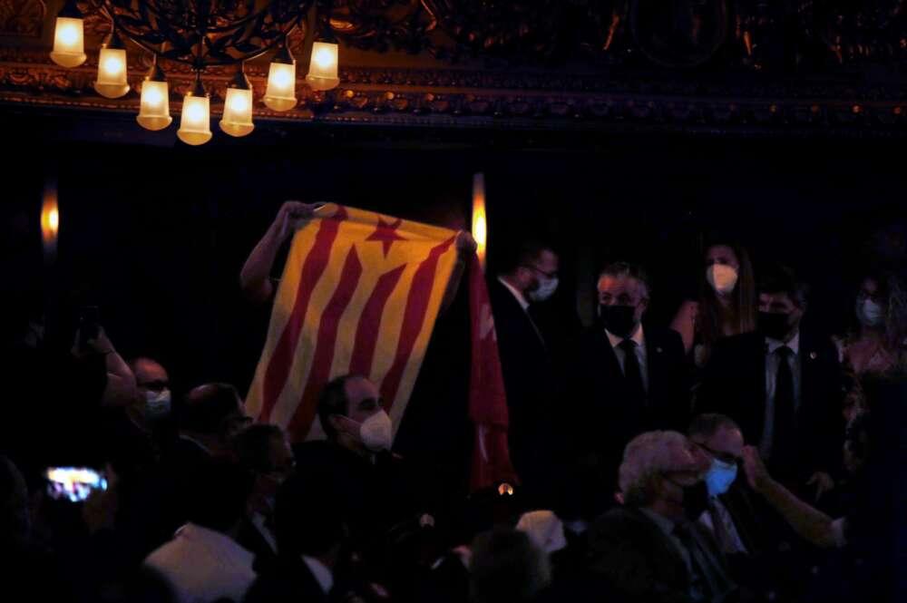 Una persona muestra una bandera independentista durante la conferencia que el presidente del Gobierno, Pedro Sánchez, pronuncia en el Teatre del Liceu de Barcelona ante representantes políticos y de la sociedad civil, en vísperas de los posibles indultos a los líderes del procés presos. EFE/Toni Albir