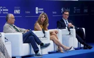 """La vicepresidenta tercera y ministra de Trabajo, Yolanda Díaz (c), junto el presidente de la CEOE, Antonio Garamendi (d) , y el secretario general de la UGT, Jose María Álvarez participa en la segunda jornada de la Reunión del Cercle de Economía desde donde ha hecho este jueves un llamamiento a los empresarios a """"cambiar la cultura de la precariedad"""" y, así, los ha emplazado a crear un """"pacto"""" contra ella, pues aún está """"grabada a fuego"""" en España, ha lamentado.EFE/Quique García"""