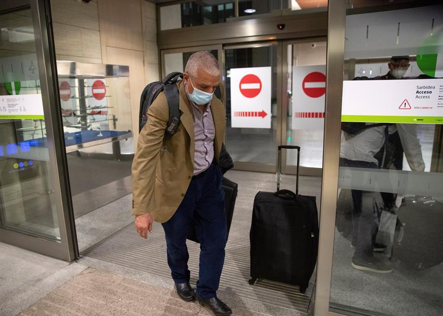 Personal de confianza de Brahim Gahi a la entrada del aeropuerto de Pamplona en Noáin. EFE/Villar López