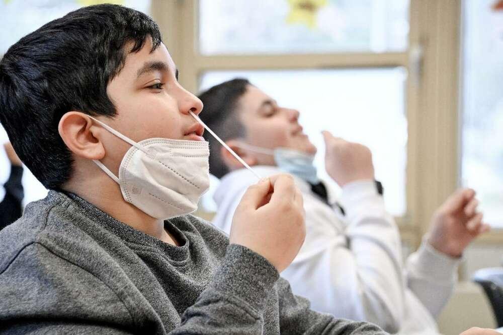 Imagen de archivo de unos niños haciéndose una prueba diagóstica de coroanvirus./ EFE/EPA/SASCHA STEINBACH/Archivo