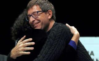 El exconseller Carles Mundó, el día que fue liberado bajo fianza, abrazando a Marta Rovira./ EFE