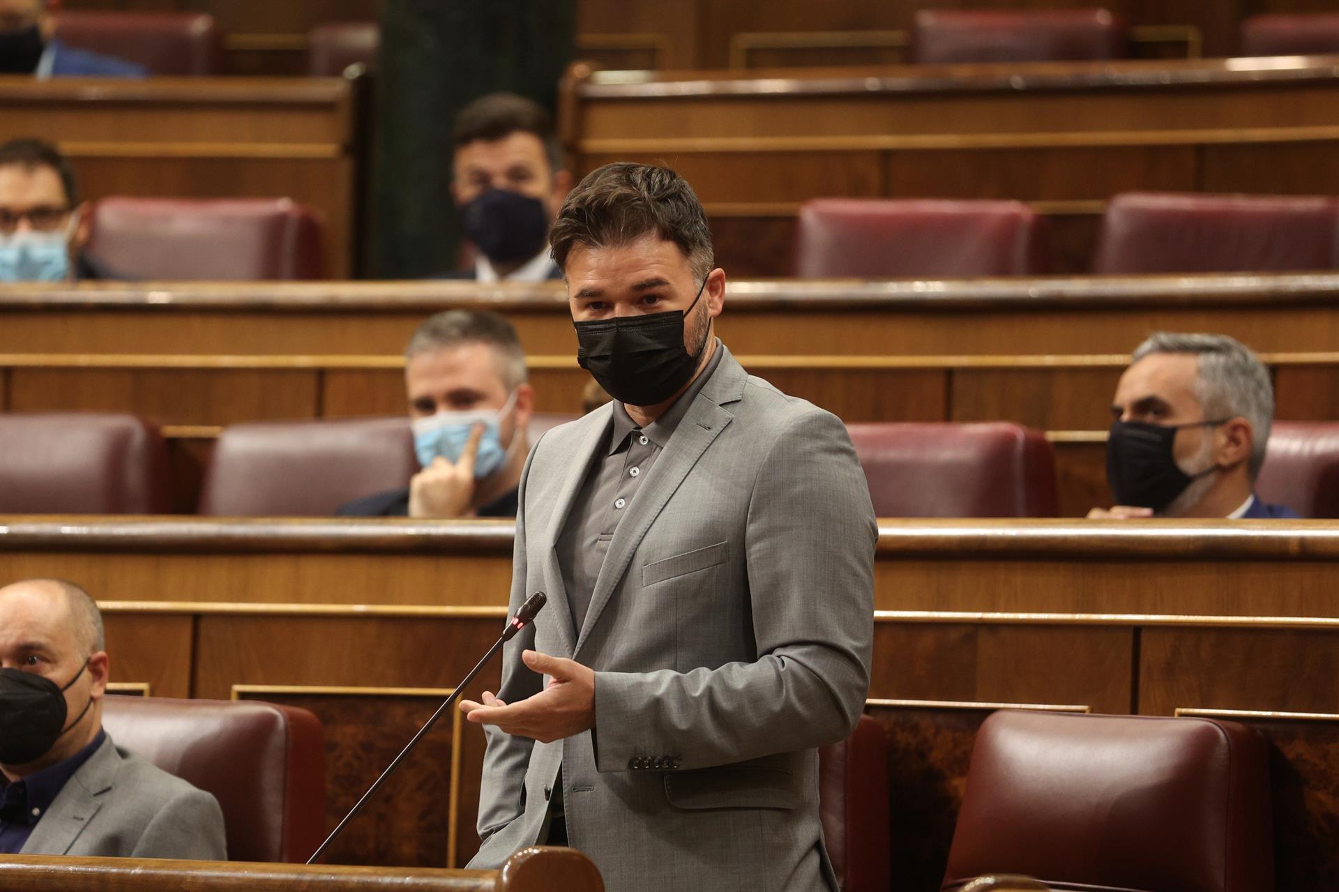 Gabriel Rufián pidió a Sánchez una solución para evitar la multa del Tribunal de Cuentas. // EFE.