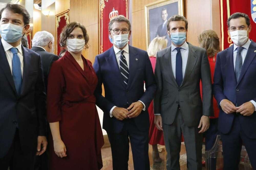 Pablo Casado, acompañado de cuatro de los presidentes autonómicos del PP./ EFE