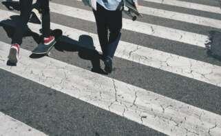 Jóvenes cruzando una calle de Barcelona. Foto: Max Tarkhov