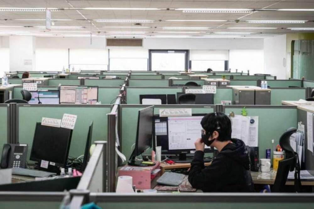 Trabajadores en una oficina durante la pandemia de coronavirus. / EFE