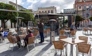 España, en alerta máxima por covid: solo una provincia se salva. En la imagen se ven clientes en la terraza de un bar en Mérida. EFE/Jero Morales/Archivo