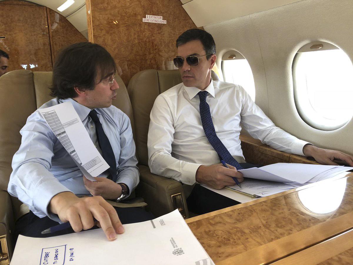 José Manuel Albares, junto a Pedro Sánchez viajando a una cumbre de Bruselas. // Pool Moncloa